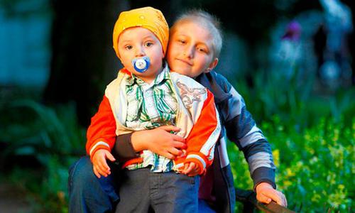 Dominika z bratem Kacperkiem
