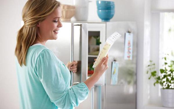Przechowywanie pokarmu: jak prawidłowo przechowywać odciągnięte mleko